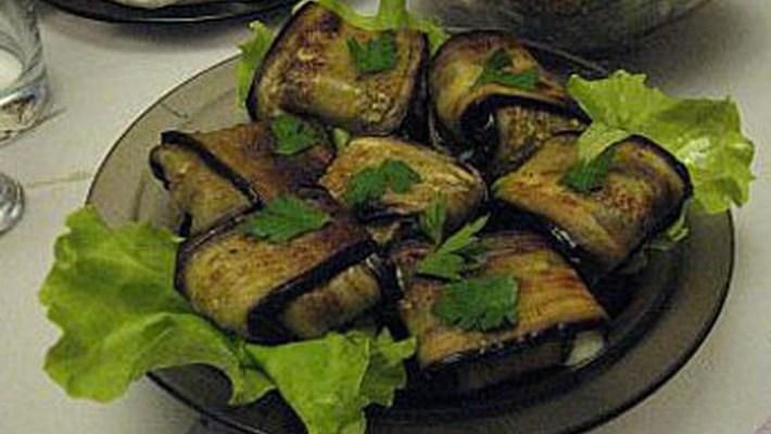 Конвертики из баклажанов с овощами