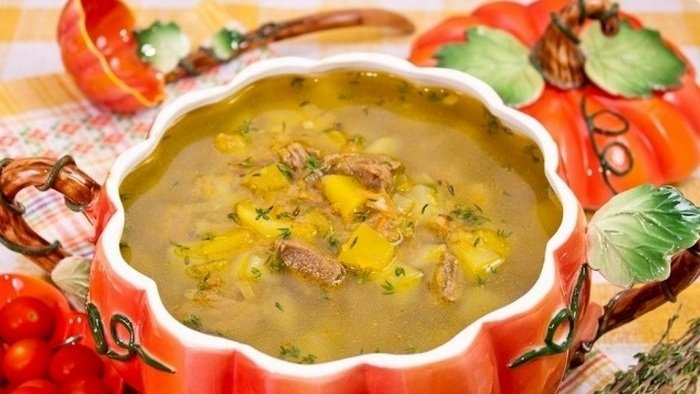 Золотистый суп из тыквы с сельдереем.